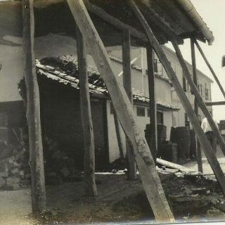 Zidanje manje zgrade pomoglo je Englesko društvo za zaštitu dece English childe_welfare. U pozadini dve Frotingamove dvospratne zgrade