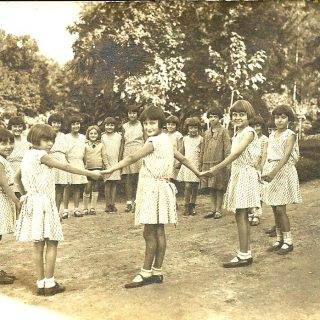Kamenica-učiteljica sa devojčicama u Frotingamovom domu