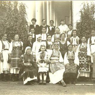 Kamenica-devojke iz cele zemlje u Zadužbini Frotingama u domaćičkoj školi sa direktorkom Darinkom Lacković