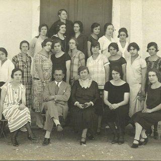 Upravnica domaćičke škole Darinka Lacković u Skoplju sa učiteljicama iz bregalničke oblasti
