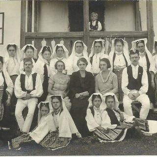 Učenice iz Čardaka (Bosna) u narodnoj nošnji 1.10.1923.