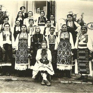 Učenice s upravnikom škole Darinkom Lacković