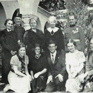 Jugosovenska delegacija predala je porodici Frotingam duborez (treća sleva D. Grujić, Stanka Lozanić.puk. Todor Živković, kleče, druga Ana