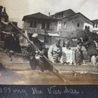 Frotingam ( sasvim desno) u čamcu prelazi reku Vardar, Skoplje 1920.