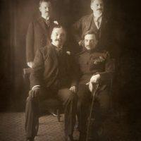 S leva na desno sede Mihajlo Pupin, kapetan Miodrag Stevanović, stoje, Džon Frotingam i PavleHadži Pavlović.
